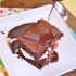 Brownie con helado y salsa de chocolate