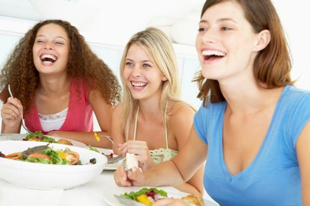 Resultado de imagen para salir a comer con amigos durante la dieta