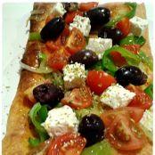 Ensalada Griega Sobre Pizza