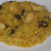 Arroz al curry con pollo, pasas y piñones