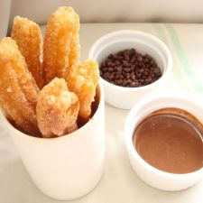Churros finos con huevo y chocolate