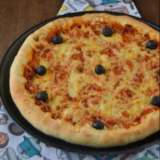 Pizza boloñesa con borde relleno de queso
