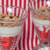 Copa light de yogur con fresas y cereales