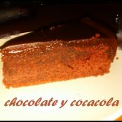 Pastel de chocolate y Coca-Cola