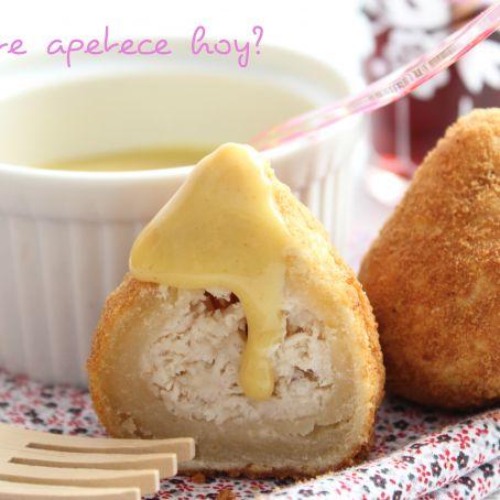 Coxinhas de pollo y queso con salsa agridulce de mostaza y miel