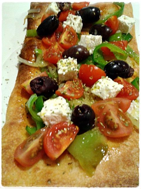 Ensalada Griega Sobre Pizza 385