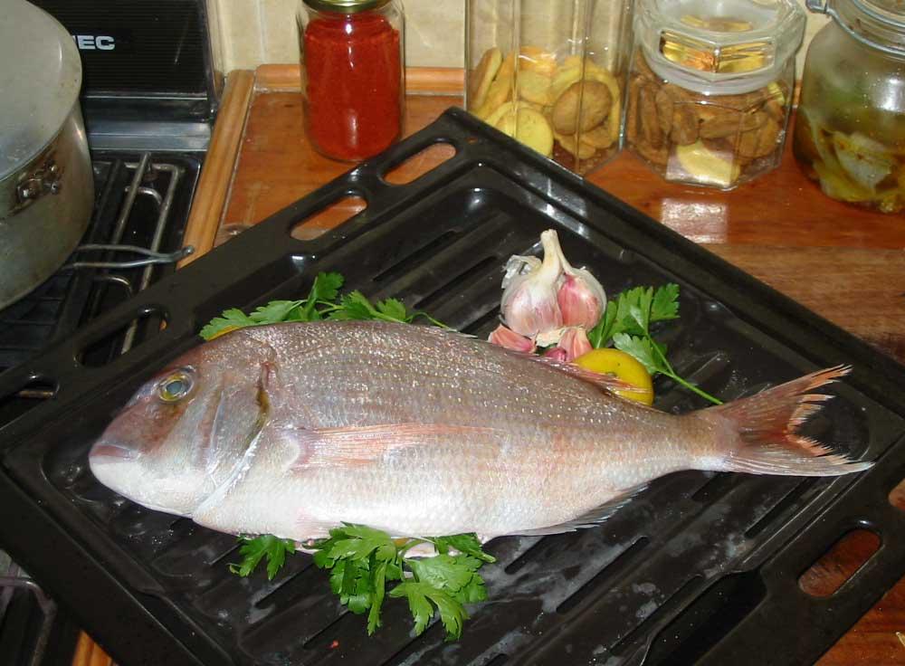 Besugo asado con ajo lim n y perejil - Parrillas para pescado ...
