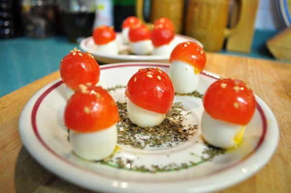 Bosque De Setas De Huevos De Codorniz Y Tomates Cherry 295