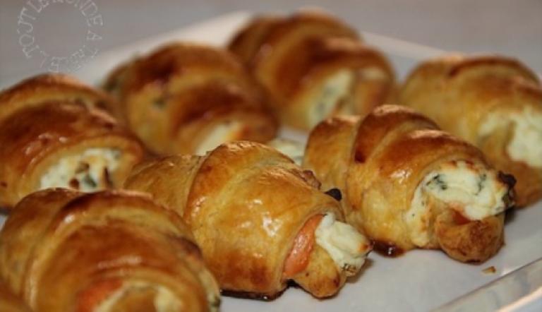 Minicroissants de salmón, queso y cebolleta