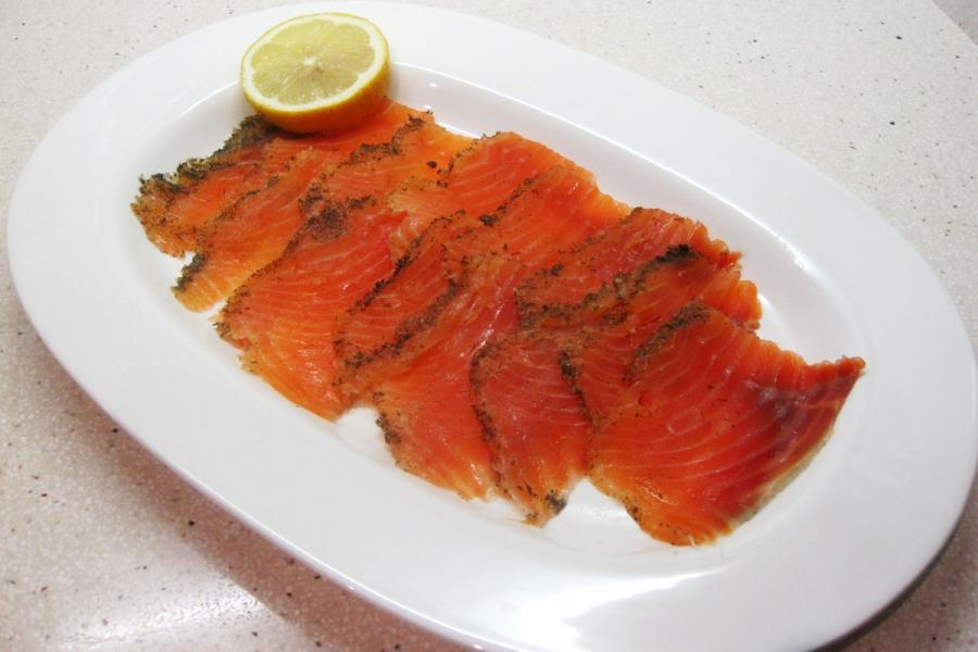 Salmón marinado con eneldo limón y azúcar (3.9/5)