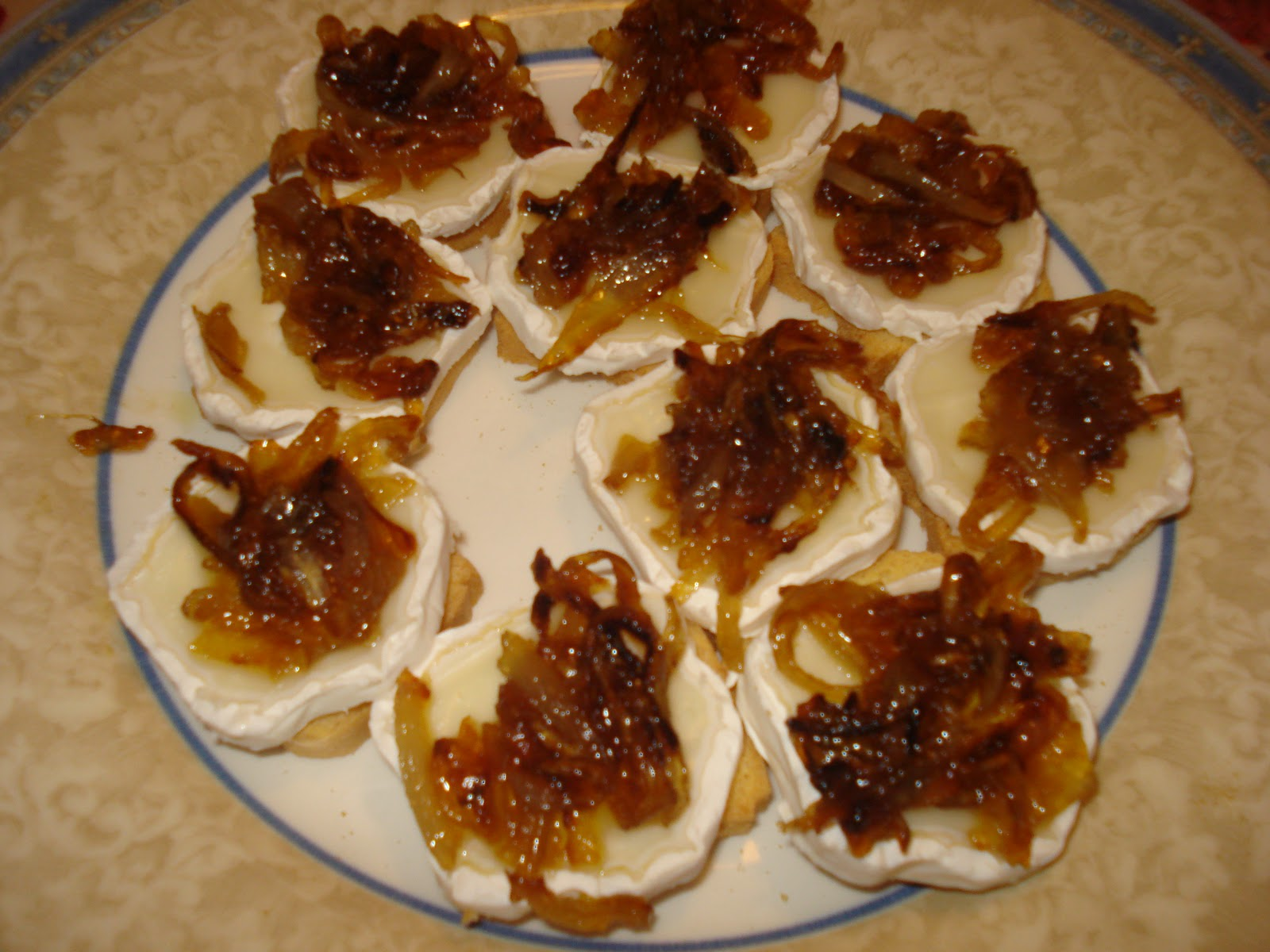 Tostadas de queso de cabra con cebolla caramelizada 4 1 5 for Canape de pate con cebolla caramelizada